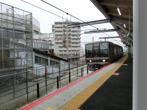 鴫野駅新ホームを207系が通過。
