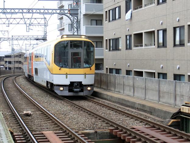 送り込み回送で桃山御陵前駅を通過する『楽』。