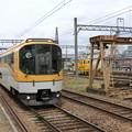 橿原神宮前駅に到着するウルトラマン列車。