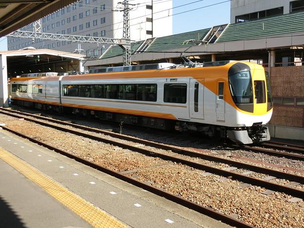 橿原神宮前駅構内にて試運転中の新塗装の16600系。