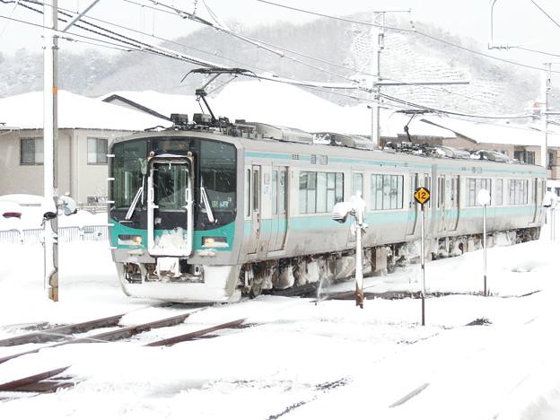 雪の中の125系。