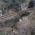 写真: 静寂の鉄路と川のせせらぎ