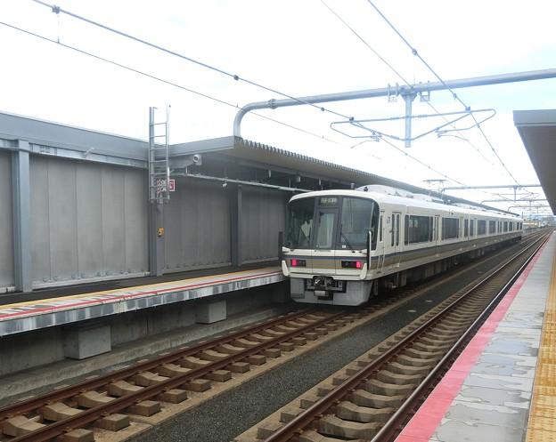 衣摺加美北駅を通過する221系。