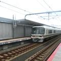 写真: 衣摺加美北駅を通過する221系。
