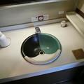 写真: 因州焼きの洗面台
