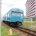 写真: 和田岬線を走る103系。