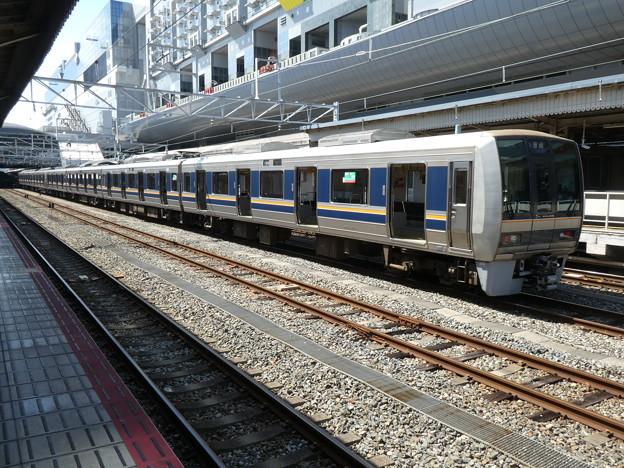 京都駅で運用前の点検中の207系。