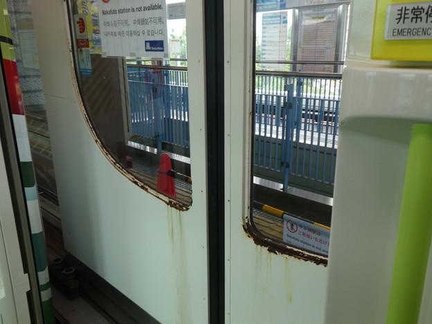 開かないホーム側のドア