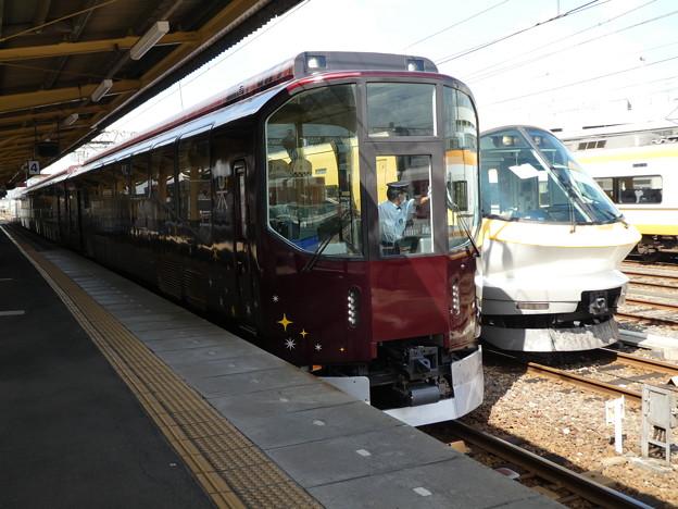 冨吉駅で発車を待つリニューアルされた『楽』。