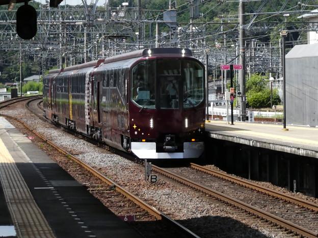 リニューアルされた『楽』青山町駅を通過。