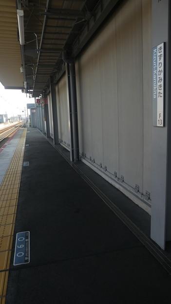 21年10月2日時点での、衣摺加美北駅の乗車目標案内。
