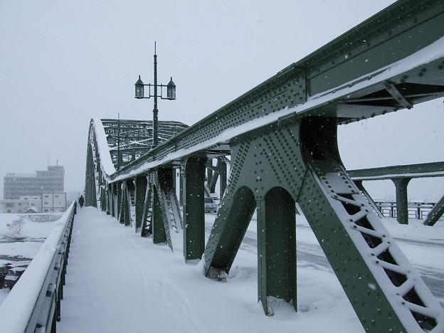 旭橋、雪を受けて
