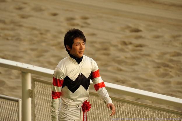[川崎記念14]インタビューが終わり表彰式に臨む幸騎手