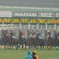 [1400302中山11R中山記念]トウケイヘイロー出遅れの瞬間。ユタカの視線が各馬をみているよう。