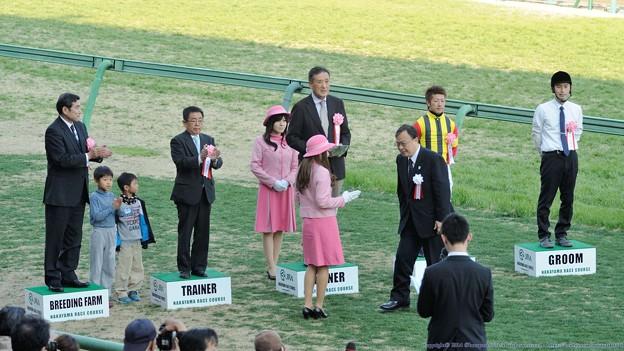 [140316中山11R中山牝馬S]表彰式。ちびっこもそのまま居残りのほのぼの表彰式。