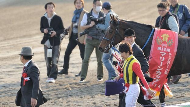 [140409船橋10RマリーンC]記念撮影に臨むワイルドフラッパーと福永。厩務員さんがすごい笑顔