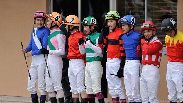 [140505船橋10RNステッキ]騎乗命令の前。石崎駿と佐久間が楽しそうに話している。駿は競馬学校同期の田辺とは何か話したのかなぁ…