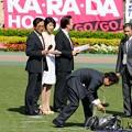 Photos: [140511東京11RNHKマイルC]パドック前に中継の打ち合わせをしている黒木瞳さん
