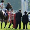 [140511東京11RNHKマイルC]真っ赤なドレスのオーナーさんを威嚇するミッキーアイル「闘争本能が蘇ってきた!」野田さん「ひゃあ」