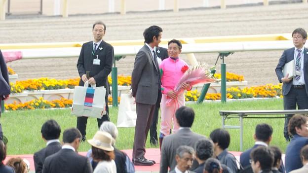 [140525東京11R優駿牝馬]竹野内さんに祝福されて照れ気味の岩田。ようやく笑顔が出てきた