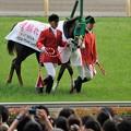 Photos: [140525東京11R優駿牝馬]ヌーヴォレコルト「あ、こっちは結構撮ってくださる方がいらっしゃる。ありがとうございますね!」