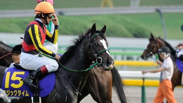 [140525東京11R優駿牝馬]マジックタイム「こっちが必死に集中しているのにビールなんか飲んでお気楽ね!」(ごめんなさい暑かったもので)  #ジロリ馬