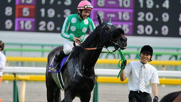 [140525東京11R優駿牝馬]川島・助手さん「ここまで来れたんだからもう楽しむしかないっしょハハハ」エリーザベスト「そうね、笑うしかないわねハハハ」