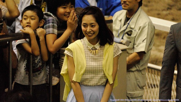 [140702川崎11RスパーキングレディーC]桃ちゃん普通の格好でプレゼンターとして登場。後ろの子もテンション高め