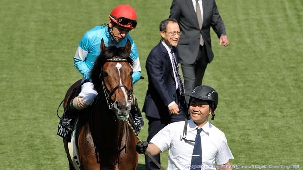 [140511東京10RブリリアントS]角居先生「行って来いよ~」四位「行って来いってよ~」グラッツィア「は、はい、行ってきます(゚ω゚)」お兄さん「そんなキョトンとしないでよw」