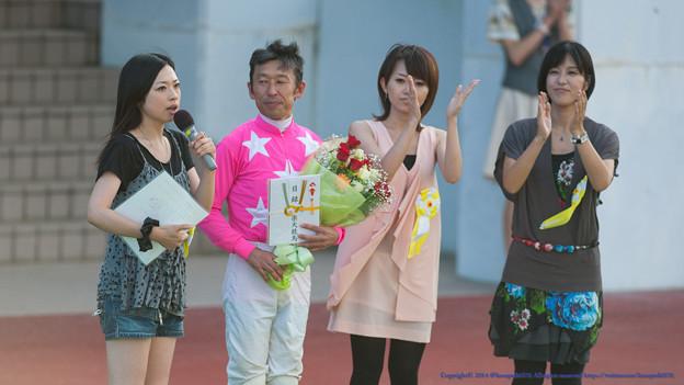 [090814盛岡]10R馬ふゅーむ誕生記念の表彰式、馬ふゅーむの皆さんから祝福を受け冷静にニヤニヤするピンク
