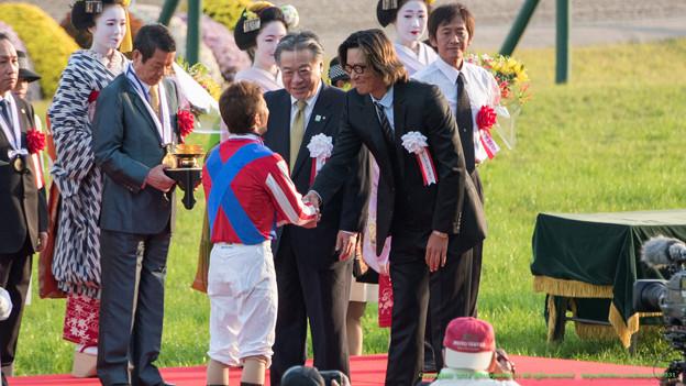 豊川悦司さん「200万ぶっこんだ人も満足してると思いますよ」酒井学J「えへへー」【141026京都11R菊花賞】