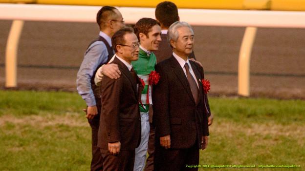 スミヨン「角居先生、馬主さん記念撮影デスヨ笑って笑って」【141130東京11Rジャパンカップ】 #JapanCup