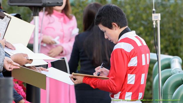 中央のメインでファンに応える石川J #サイン書き書きジョッキー