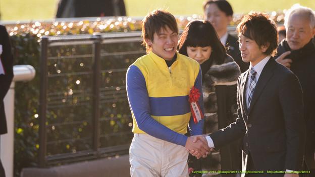 関係者とガッチリ握手する三浦J【150201東京11R根岸S】