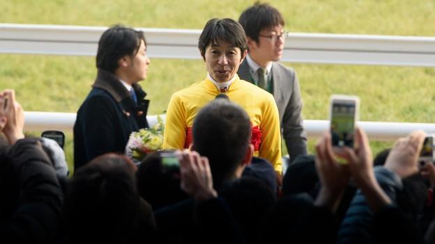 (2)武豊J「おいおい冗談ですよ~みんな一斉にカメラ構えないでよ」 【150222東京11RフェブラリーS】