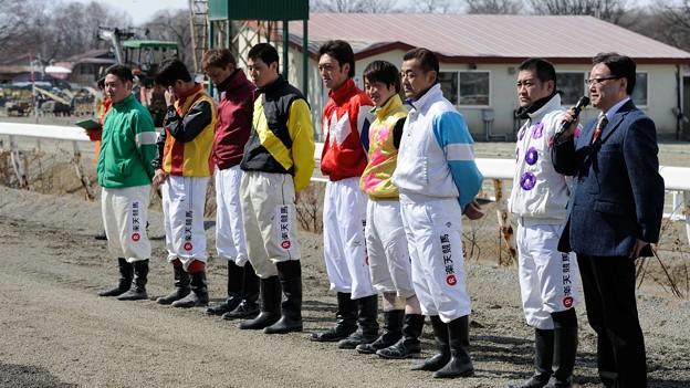 [140323帯広昼休み]記念出場騎手のインタビュー。左から入澤、松田、藤野、浅田、西謙、赤塚、藤本、鈴木恵の各騎手と矢野アナ