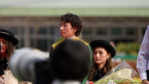 ノリさん「まだまだ若いな~」おねえさん「アイツこっち撮ってやがる!」【150510東京11RNHKマイルC】