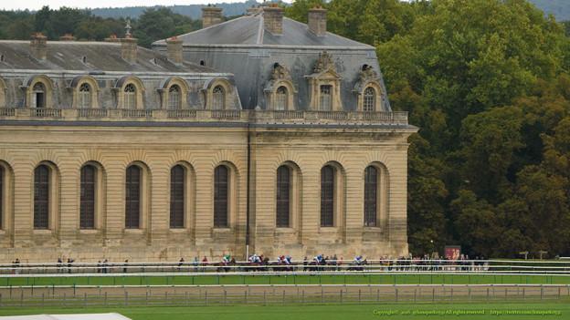 一団となったまま3コーナーへ。大厩舎の前でも観客が多い[161001シャンティイC6_QatarPrixDanielWildenstein(GII)] #Chantilly