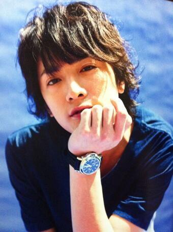 青いシャツに腕時計がカッコいい元関ジャニ∞の内博貴