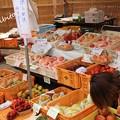 Photos: 出店にもフルーツが並ぶ