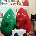 写真: お誕生日ケ~キにナイフを入れる・・ヤマトンとハートン