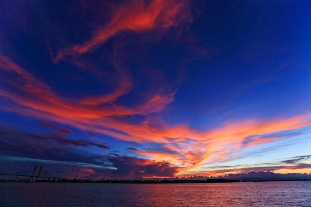 写真: 『焼ける青空。。。』 ~名古屋港~