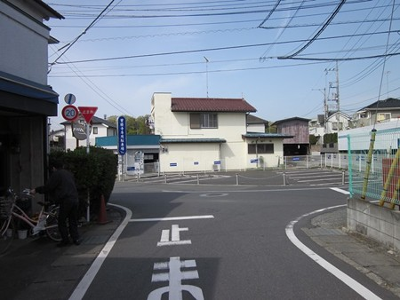 31.左折 青色のお寺の駐車場の看板へ向かう