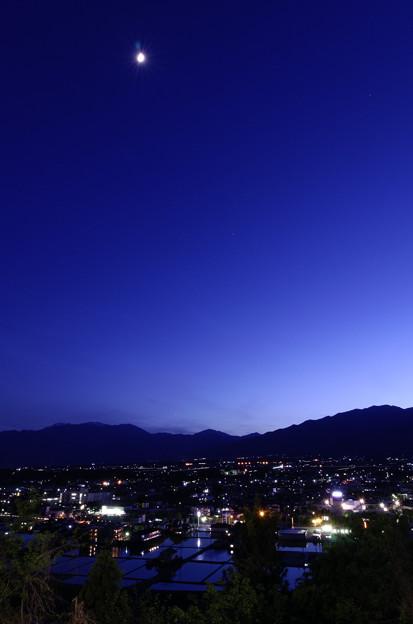 Photos: 晩春の黄昏に。