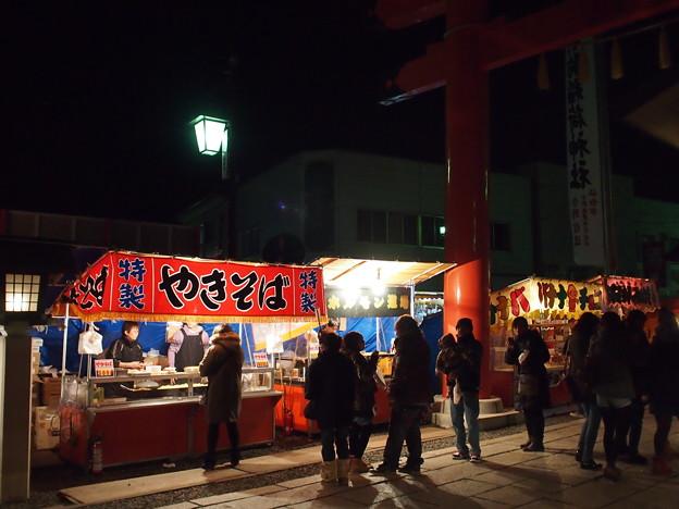 竹駒神社表参道の鳥居くぐってすぐの屋台