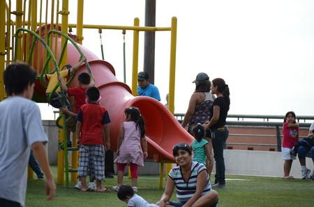 ラルコマルの上は公園になっていて、子供たちがいっぱい