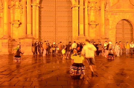 カテドラル前で踊りの練習をするひとびと