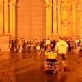写真: カテドラル前で踊りの練習をするひとびと
