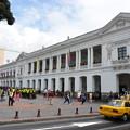 写真: 独立記念広場には警察がうじゃうじゃ(黄色いジャケット)