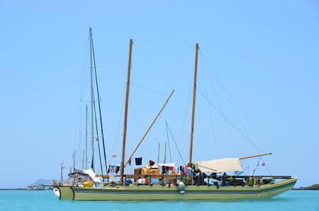 漁船。周りにバナナの房をつけてるのが印象的